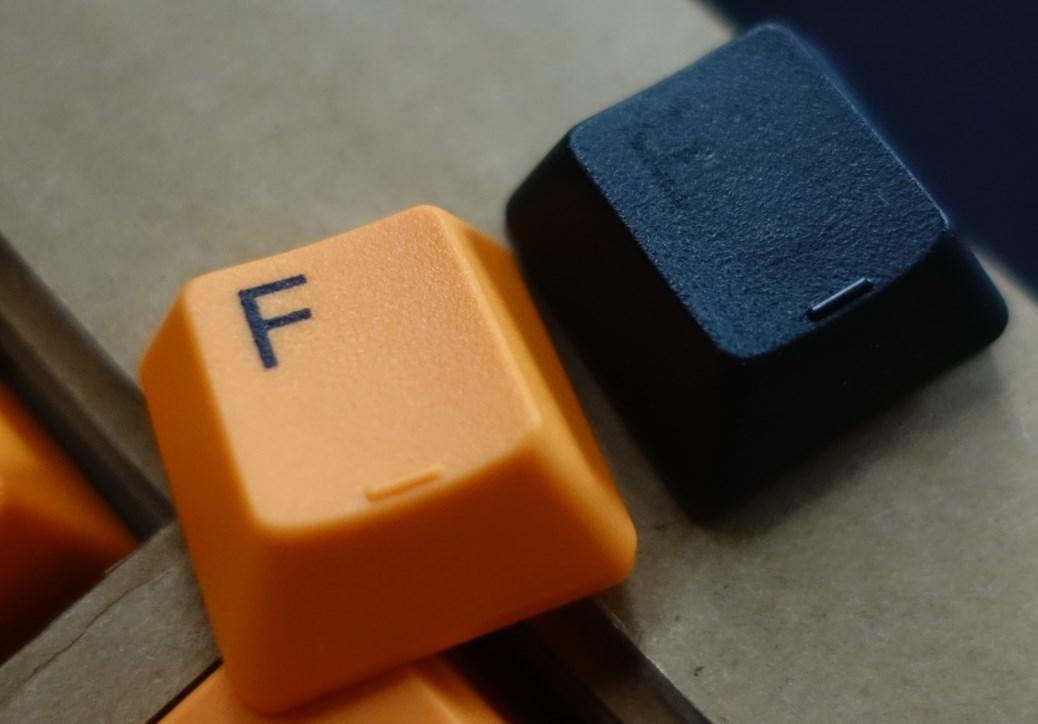 Realforceオレンジと黒のキートップ材質比較