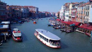 ベネチアの写真をtwitterから|船が行き交う朝のリアルト橋~路地のゴンドラ