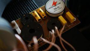 オーディオ機器間でのホワイトノイズ原因と対策チャンデバいれたらRCA経由でひどいノイズが深夜に目立つ高能率スピーカーの罠