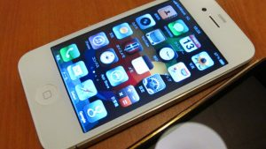 iphone4白の部品とカスタムパーツ|改造したiphone4を修理屋さんに見せてもらった