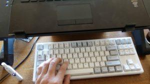 ノートPCのキーボードが反応しなくて外付けキーボードを用意したらブラインドタッチ強制環境に